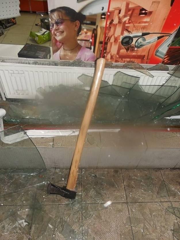 Стекло супермаркетом разбили топором.