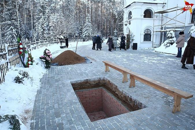 Место, где похоронили матушку Василиссу, находится прямо у стен храма.
