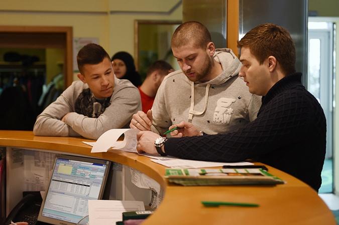 Борячук и Ракицкий слушают указания доктора. Фото: shakhtar.com