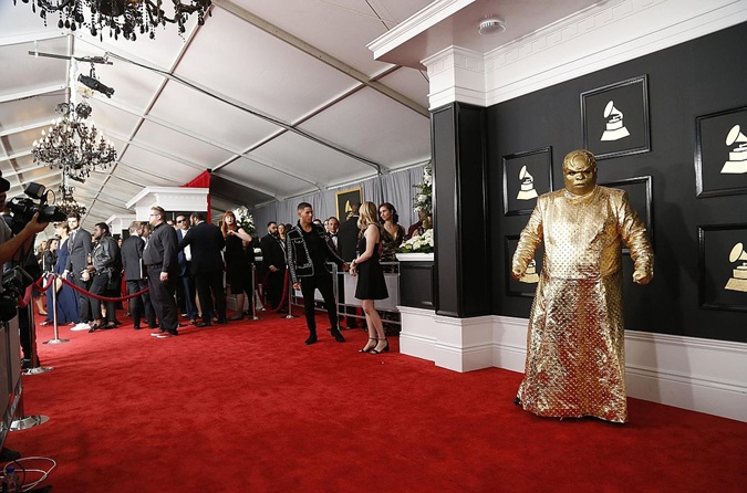 Артист пугал окружающих странным костюмом.