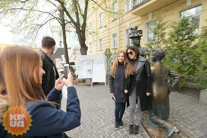 Ани Лорак прогулялась по Андреевскому спуску, где фотографировалась с прохожими и раздавала автографы. Все прошло тихо и без эксцессов.