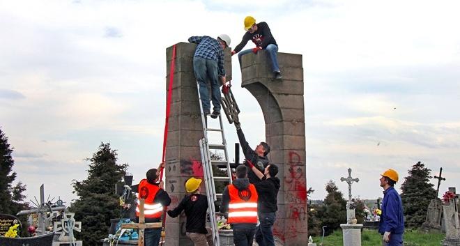 Как сносили памятник УПА на кладбище в селе Грушевичи.