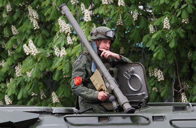 Участник парада в Луганске.