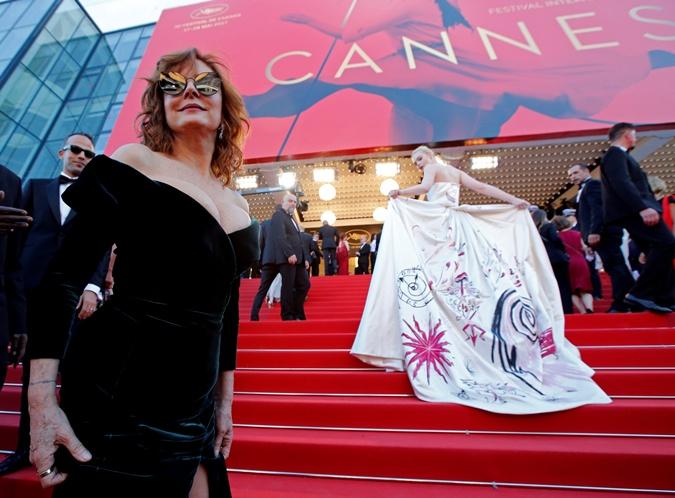 Эль Фанинг и ее волшебный наряд. На первом плане 70-летняя Сьюзан Сарандон. Фото: REUTERS