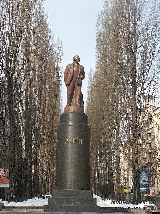Памятник Ленину до разрушения.