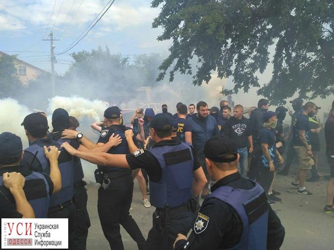 Радикалы сорвали мирное собрание возле Аркадии, применив слезоточивый газ и дымовые шашки