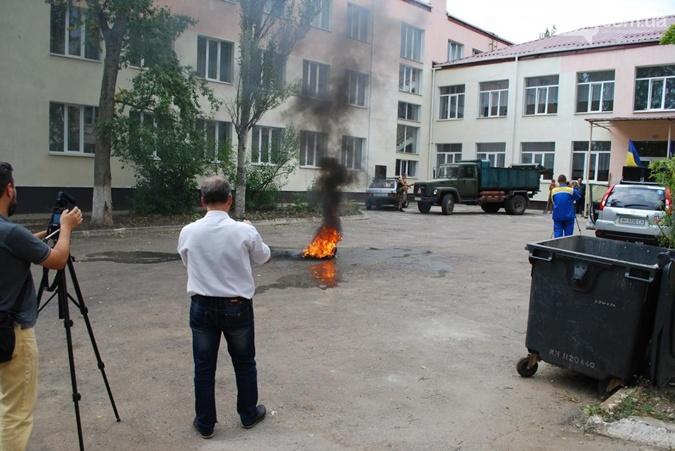 Активисты жгли шины во дворе школы.