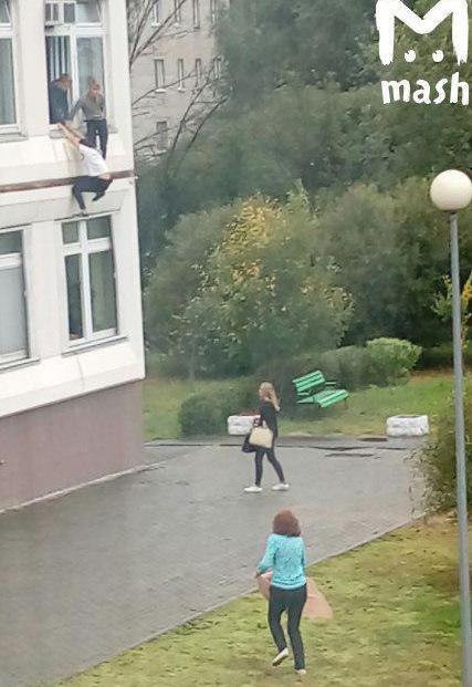 Школьники выпрыгивают из окна класса.
