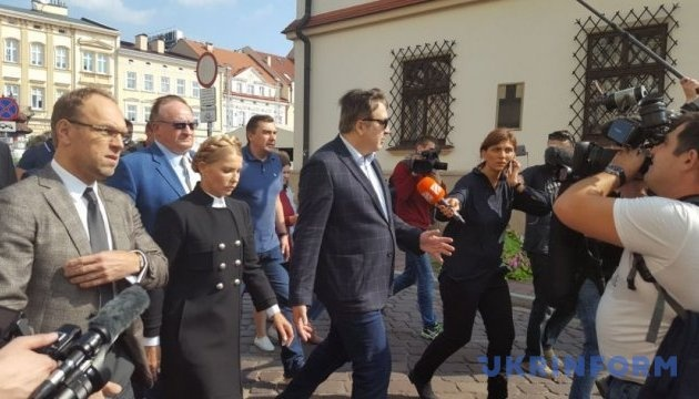 Вместе с Тимошенко находится ее соратник Сергей Власенко.