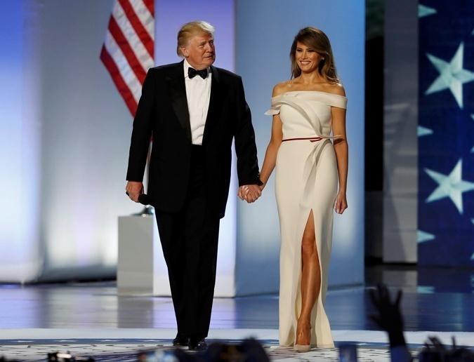То самое платья для инаугурации. Здесь все смотрится гармонично: и открытые плечи, и красная лента на поясе, и смелый разрез. Фото: REUTERS
