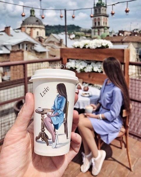 Одесситка рисует свои портреты на необычном полотне фото 2