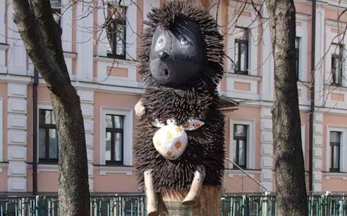 От колобков до бычка-кормильца: топ-7 самых оригинальных памятников Украины фото 3