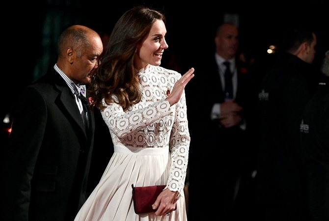 Правила королевского этикета предписывают носить телесный лак для ногтей.
