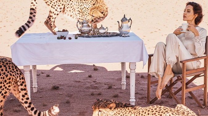 Анджелина Джоли блистает наобложке глянца вкомпании гепардов