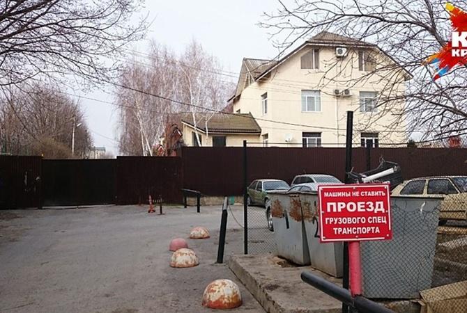 Подойти к дому Януковича в Ростове мешает высокий забор.