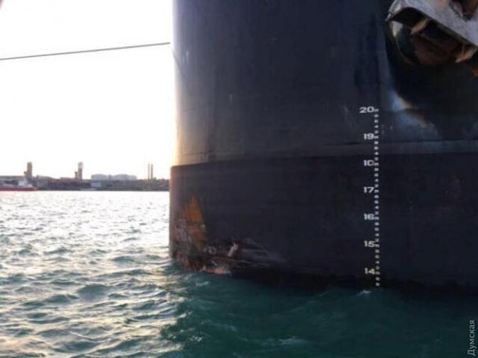 На грузовом судне Conquistador видны следы столкновения