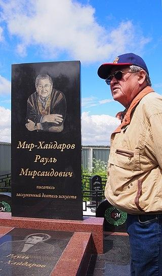 Надгробие писателя на мусульманском кладбище в Москве.