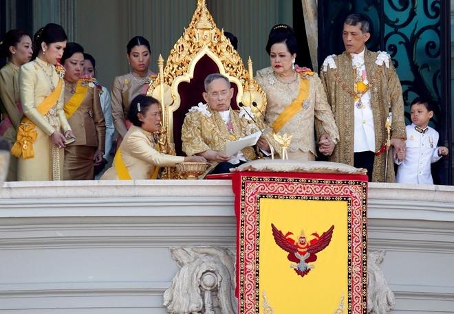 ВТаиланде началась церемония прощания скоролем Пхумипоном Адульядетом