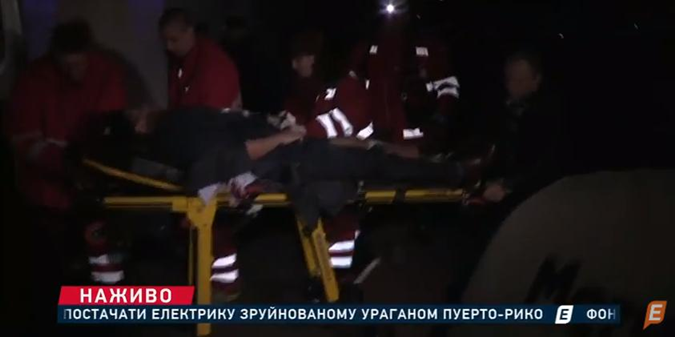 Медики забирают пострадавшего.