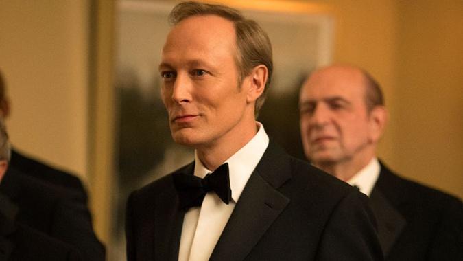 Виктор Петров изображен в сериале дамским угодником.
