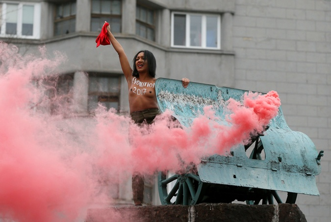 ВКиеве обнаженная активистка Femen устроила пикантную акцию протеста