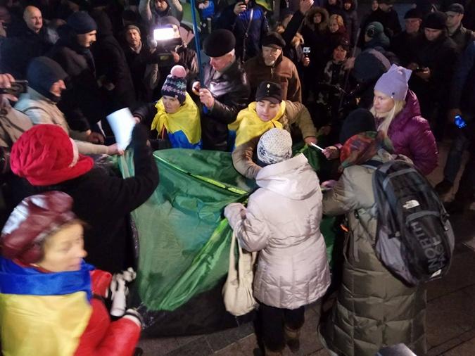 Люди установили две палатки на Майдане.