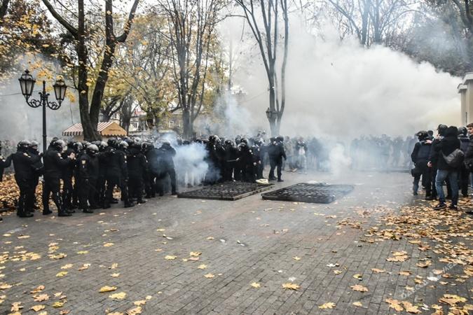 В полиции сообщали, что пострадали 20 правоохранителей.