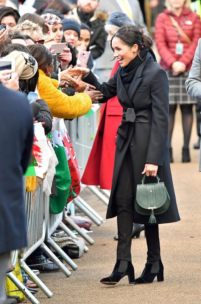 Меган Маркл нарушила королевский протокол во время визита в Уэльс  фото 1