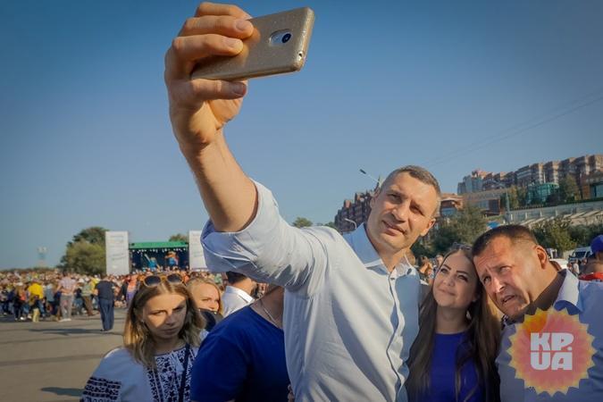 Не каждый мэр Киева долетал до Днепра. Дружественное сэлфи Кличко и Филатова в День города (9 сентября 2017-го).