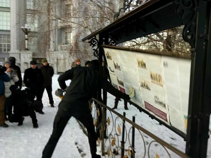 В Киеве националисты попытались демонтировать часовню монастыря фото 2
