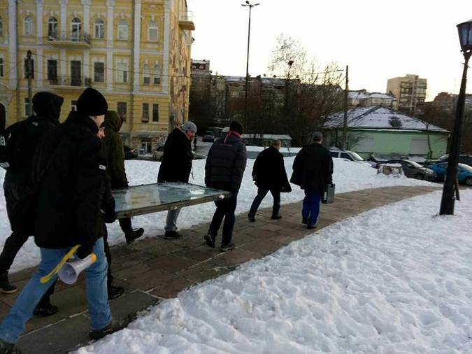 В Киеве националисты попытались демонтировать часовню монастыря фото 3