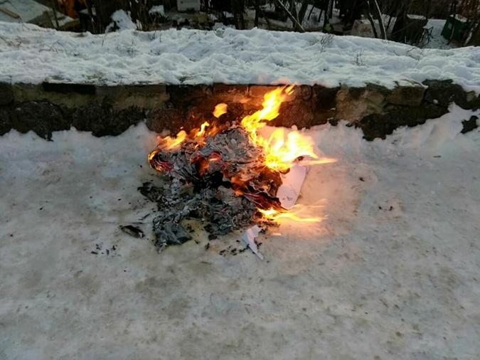 В Киеве националисты попытались демонтировать часовню монастыря фото 4