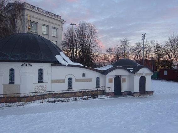 В Киеве националисты попытались демонтировать часовню монастыря фото 5