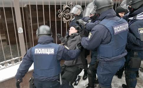 У Соломенского суда радикал подстрелил полицейского фото 2