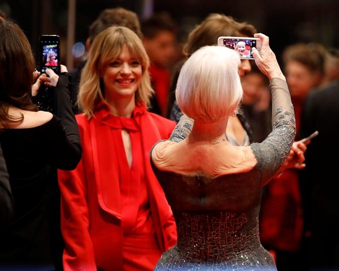 Актриса делает селфи на красной дорожке. Фото: REUTERS