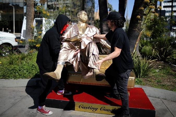 Художники устанавливают статую Вайнштейна. Фото: REUTERS