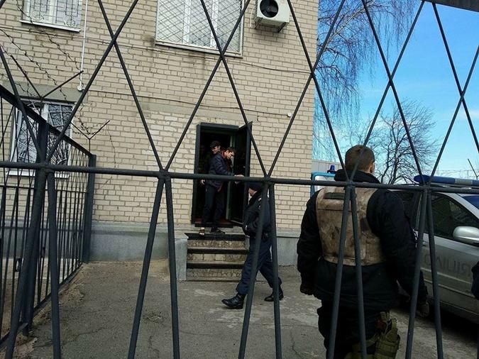 Валентина выводят из здания суда после ареста.