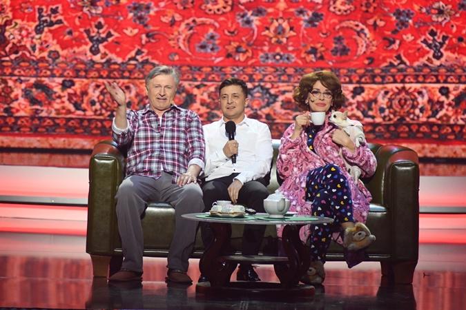 Ольга Сумская и Станислав Боклан сыграли родителей Зеленского, которые вместе с сыном смотрят по телевизору