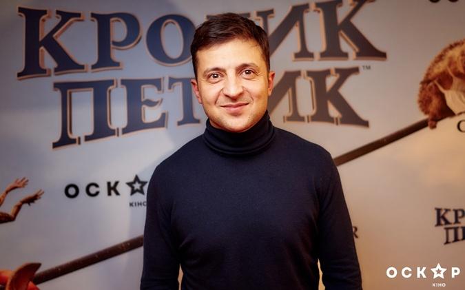 Владимир Зеленский максимально делал вид, что его на премьере нет. Фото: кинотеатр