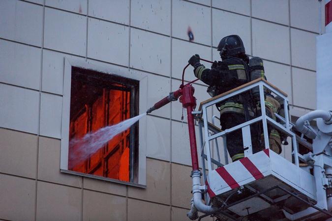 Пожар тушили всю ночь. Фото: REUTERS