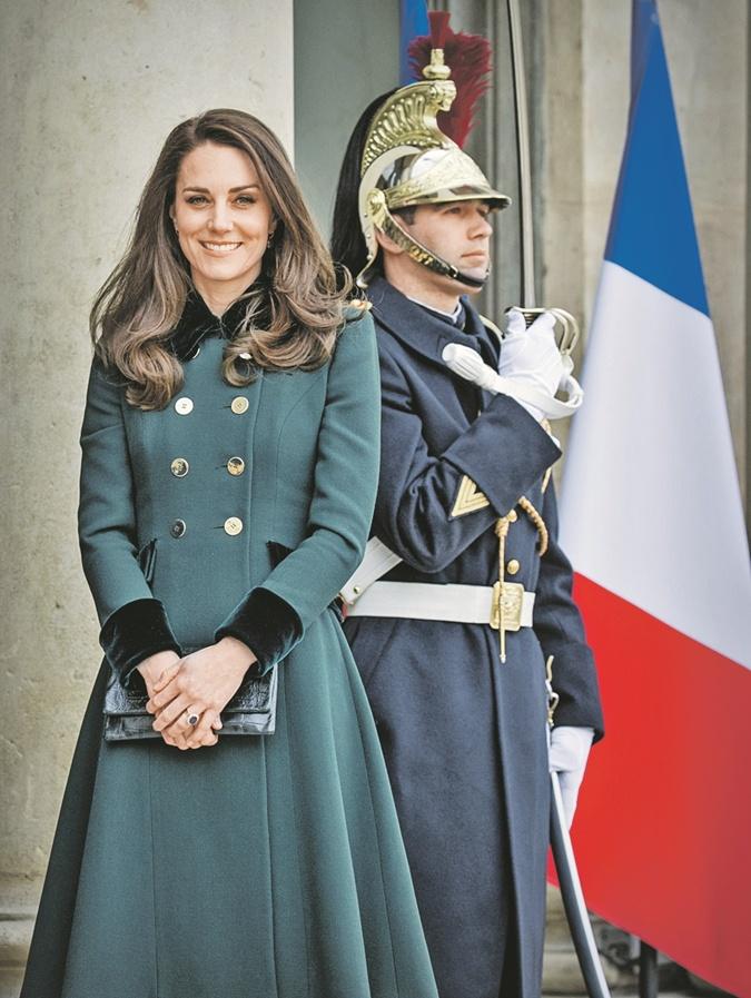 Елизавета II передает секретные послания сумочкой фото 2