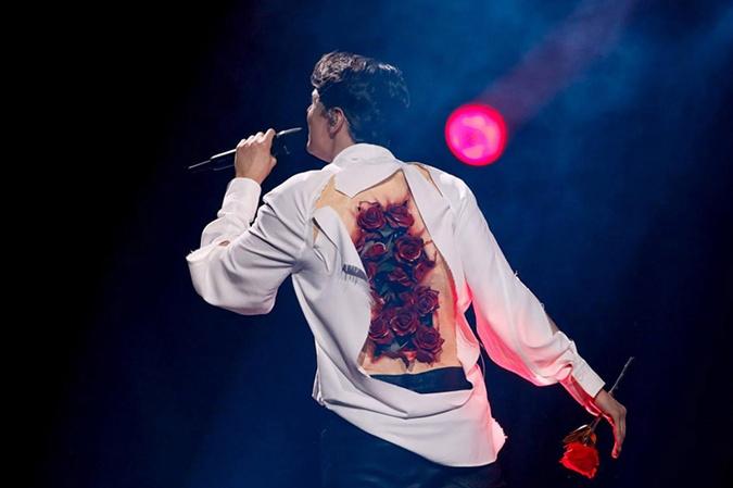 Розы на спине АLEKSEEV появляются неожиданно. Фото: eurovision.tv