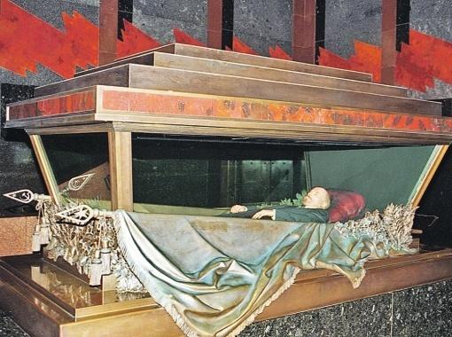 С 1924 по 1967 год Ленин лежал в любимом костюме, потом его заменили.