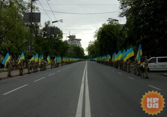 Вдоль дорог выстроились военные. Фото: Виктория Макаренко