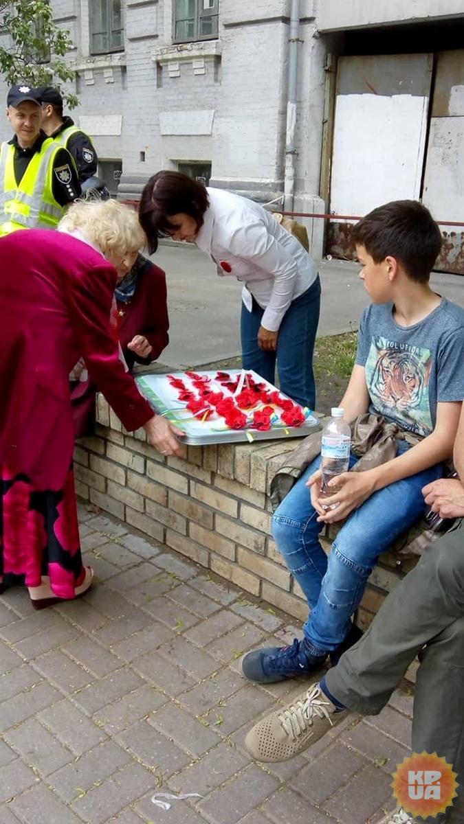 Вслед за торговцами цветами, появились и продавцы вышитых маков.