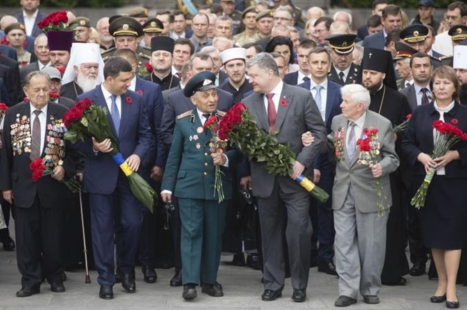Петр Порошенко и Владимир Гройсман с ветеранами.