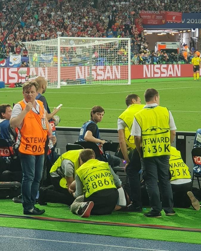 Лига чемпионов в Киеве: фотограф потерял сознание во время игры фото 1