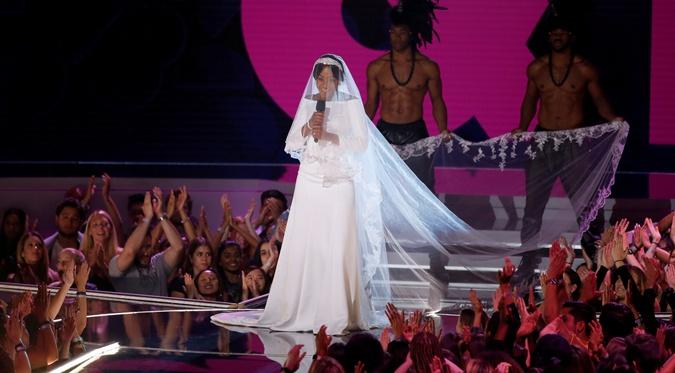 Ведущая премии MTV вышла на сцену в свадебном образе Меган Маркл фото 1