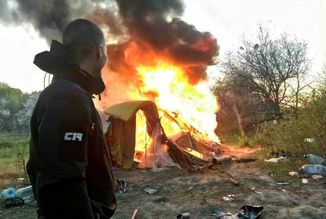 Участники националистической организации С-14 наблюдает за пожаром в лагере ромов на Лысой горе в Киеве, который он устроили вместе с друзьями. Не смотря видео и фото, полиция никого не задержала.