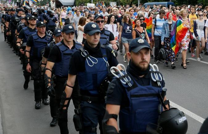 Четвертый Марш равенства в Киеве собрал около 5 тысяч участников и столько же полицейских, которые охраняли шествие. Чаще всего люди несли плакаты: